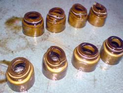 Отработанные, деформированные маслосъемные колпачки